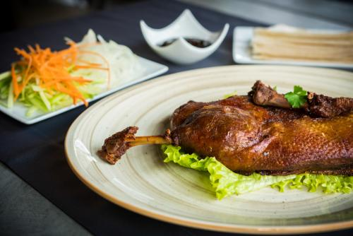 crispy-aromatic-duck-with-pancakes-and-hoi-sin-sauce-